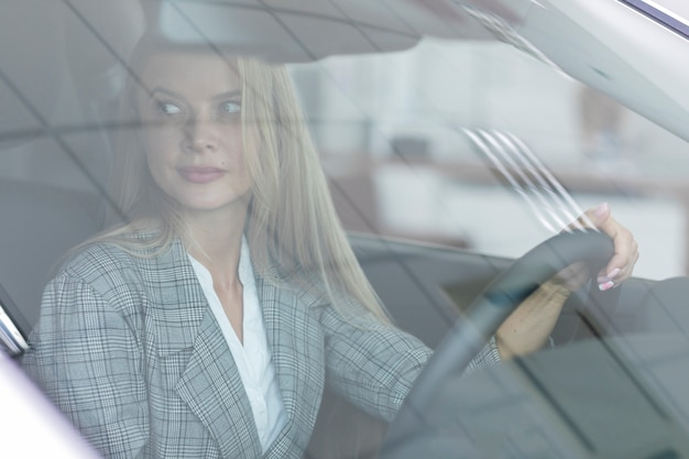 Blonde femme conduisant la voiture avec précaution