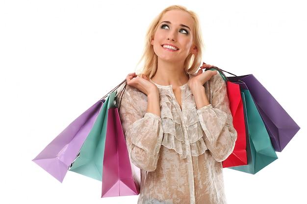 Blonde femme tenant des sacs à provisions