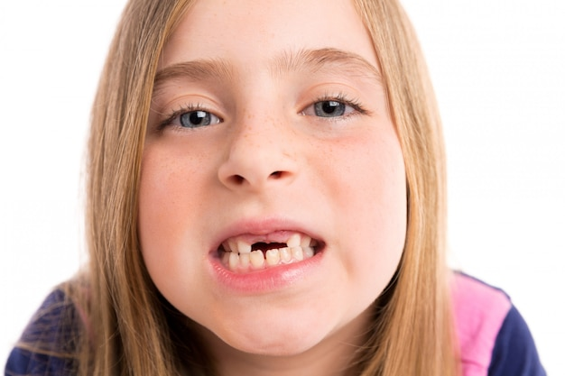 Blonde fille en retrait montrant les dents portrait drôle