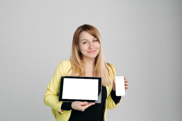 Blonde avec gadgets modernes