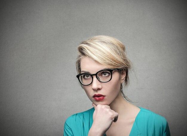 Blonde jeune femme d'affaires