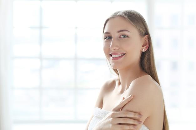Blonde jeune femme posant