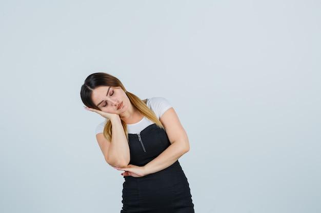 Blonde jeune femme en robe gesticulant isolé