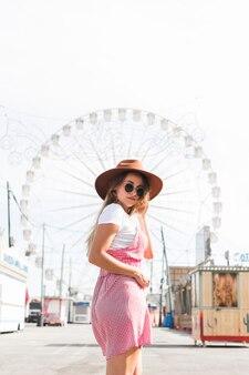 Blonde jeune fille dans le parc d'attractions