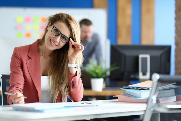 Blonde jolie employée de bureau