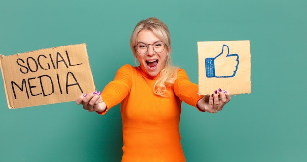 Blonde jolie femme médias sociaux comme concept