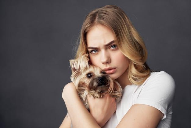 Blonde avec un petit chien maquillage posant vue recadrée