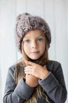 Blonde petite fille regardant photographe