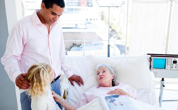 Blonde petite fille avec son père visitant sa grand-mère