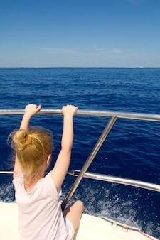 Blonde petite fille vue arrière voile en bateau