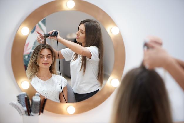 Blonde se coiffure tendance dans un salon de beauté