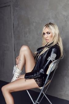 Blonde sexy en lingerie noire et veste en cuir