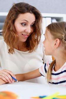 Blonde souriante petite fille tenir dans le bras dessin au crayon