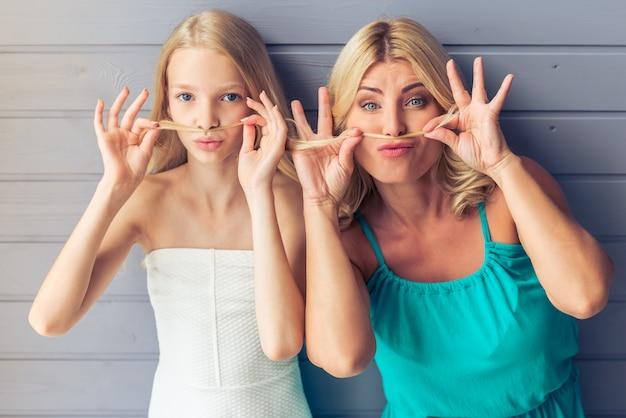 Blondes aux yeux bleus en robes, adolescente.