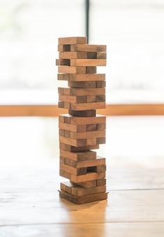 Bloque le jeu en bois (jenga) sur la table en bois