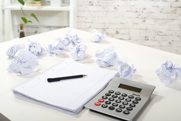 Bloquer des notes avec du papier froissé