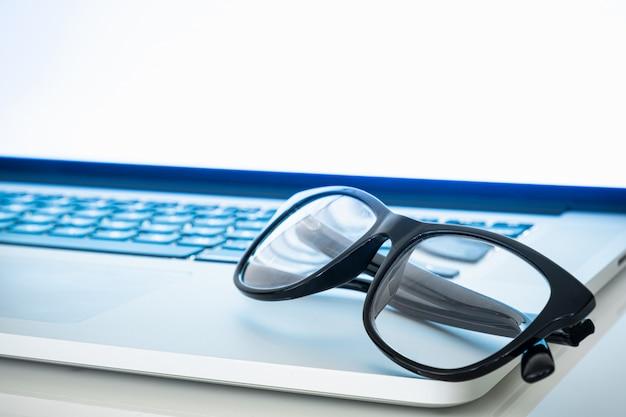 Bloqueurs de lumière bleue reposant sur le clavier de l'ordinateur