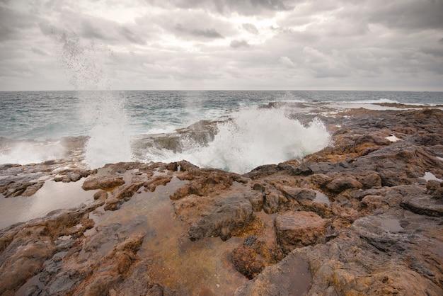 Blowhole, bufadero de la garita à telde, gran canaria, île des canaries, espagne.