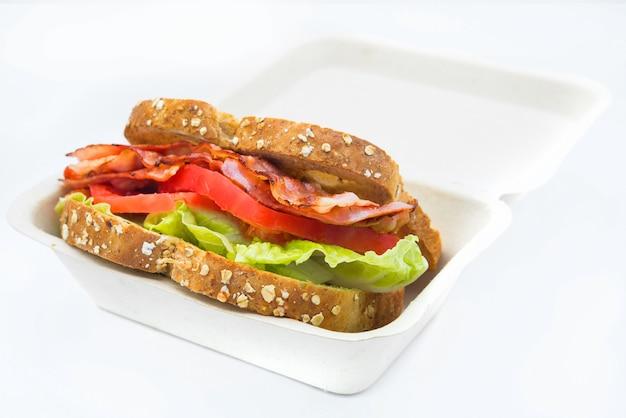 Un blt est un type de sandwich, nommé d'après les initiales de ses ingrédients principaux, bacon, laitue et tomate