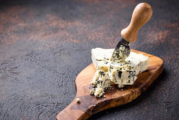 Blue cheese et un couteau sur une planche à découper