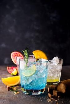 Blue hawaiian lagoon cocktail avec rhum malibu, curaçao bleu, vodka, tequila, jus d'orange et menthe