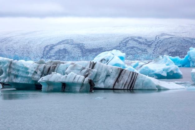 Blue ice sur la rive de la lagune de glace en islande