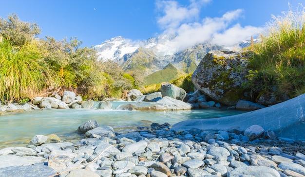 Blue river sur la piste de randonnée au mont. cook à l'île sud de la nouvelle-zélande
