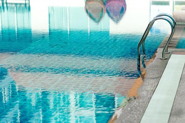 Blue swimming pool prêt à jouer à chaud pour ceux qui aiment jouer avec l'espace de copie.