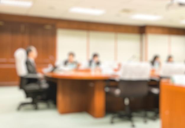 Blur ceo avec conseil d'administration présentation dans la salle de réunion.