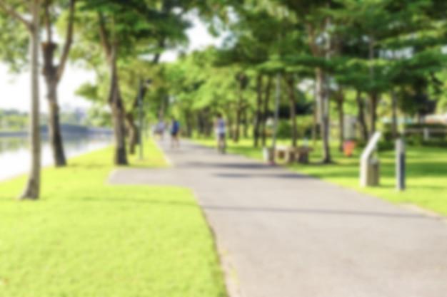 Blure gens jogging dans le parc