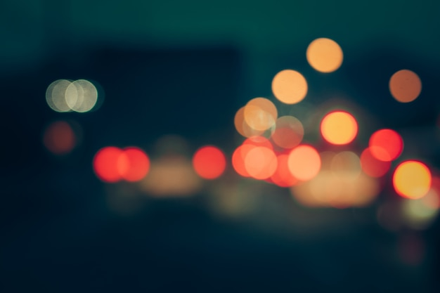 Blured bokhe voiture s'allume la nuit