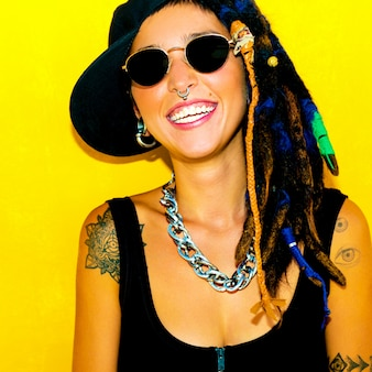 Bob marley style happy free girl. dreadlocks et tatouages