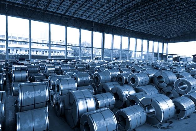 Bobine d'acier laminée à froid dans une zone de stockage dans une usine d'acier. tonalité bleu vintage