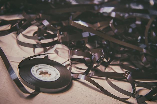Bobine audio magnétique vintage sur le plancher en bois