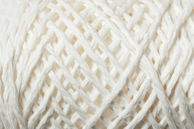Bobine de corde de lin blanc, fond texturé