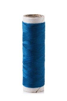 Bobine de fil en bleu isolé sur fond blanc.