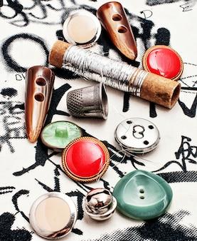 Bobine de fil et boutons