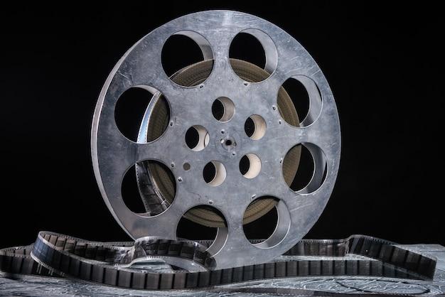 Bobine de film 35 mm avec éclairage dramatique dans l'obscurité