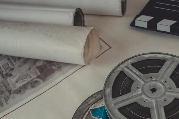 Bobine avec le film et les vieilles affiches de cinéma