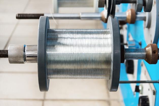 Bobine avec gros plan de fil étamé. machine de bobinage automatique.