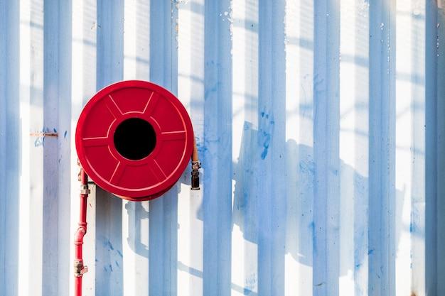 Bobine de tuyau d'incendie dans le mur en métal industrail image