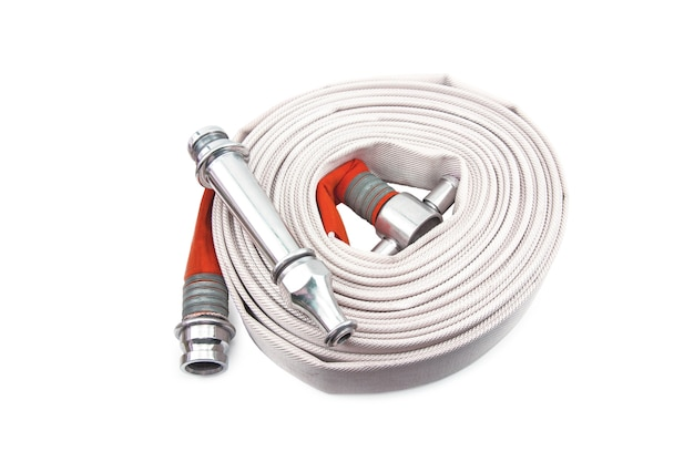 Bobine de tuyau d'incendie rouge isolé sur fond blanc.
