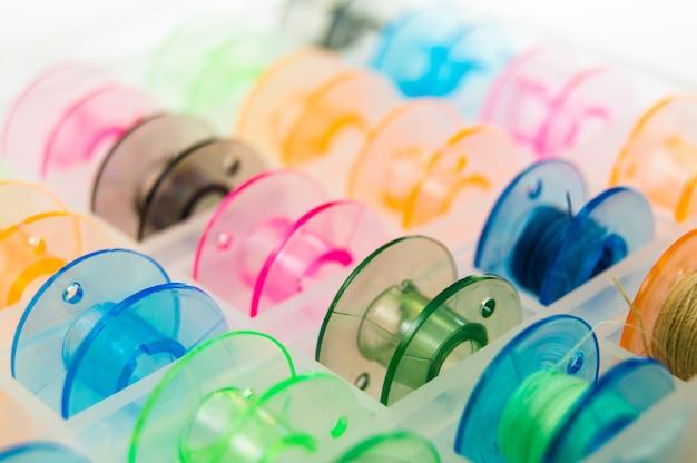 Bobines de couture de couleurs vives