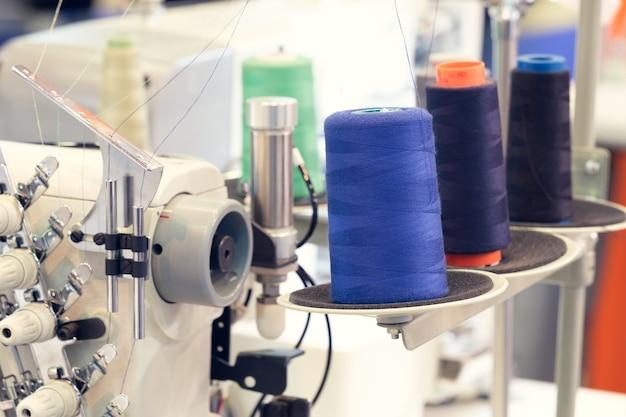 Bobines de fil bleu de fil textile à la machine de fabrication de tissage industriel