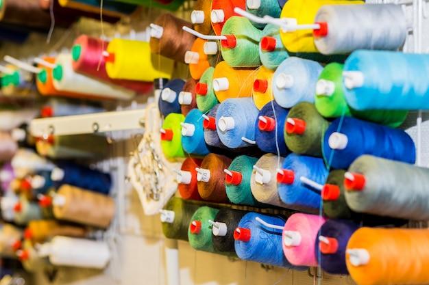 Bobines de fil coloré dans l'atelier de couture
