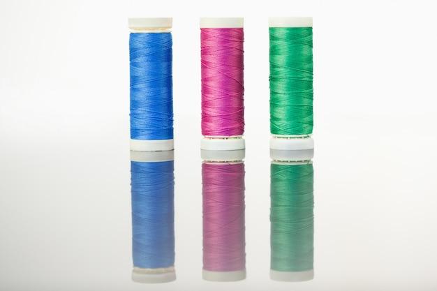 Bobines de fil colorées sur une table