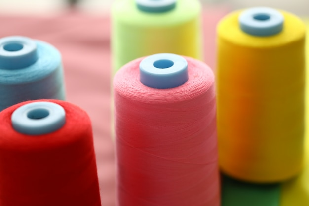 Bobines de fil colorées