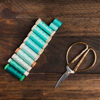 Bobines de fil à coudre avec des ciseaux