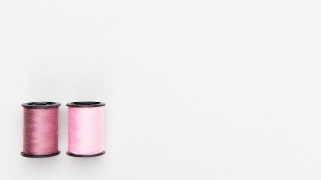 Bobines de fil de couleur pastel