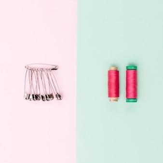 Bobines de fil avec épingles de sûreté